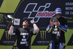 First-placed Movistar Yamaha MotoGP's Italian rider Valentino Rossi (R) applauds to second-placed Repsol Honda Team's Spanish rider Marc Marquez (L) on the podium after the MotoGP race of the Catalunya Grand Prix at the Montmelo racetrack near Barcelona on June 5, 2016. / AFP PHOTO / LLUIS GENE