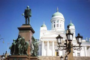 La cattedrale luterana con la statua dello zar Alessandro II