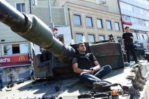 Carri armati per le vie di Istanbul all'indomani del tentato golpe