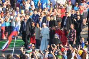 Papa Francesco attraversa la Porta Santa realizzata presso il Campus Misericordiae