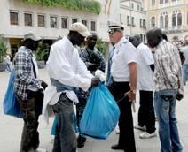Un'immagine d'archivio mostra un vigile urbano impegnato in un'operazione contro il commercio ambulante abusivo nelle calli del centro storico a Venezia. ANSA / ANDREA MEROLA