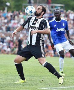 Gonzalo Higuain durante la partitella amichevole Juventus A-Juventus B a Villar Perosa, Torino, 17 Agosto 2016 ANSA/ ALESSANDRO DI MARCO