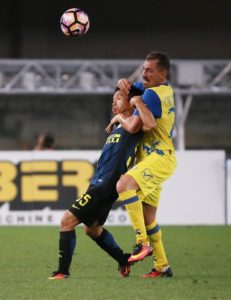 Chievo's Fabrizio Cacciatore (R) and Inter's Yuto Nagatomo in action during the Italian Serie A soccer match AC Chievo vs Inter FC at Bentegodi stadium in Verona, Italy, 21 August 2016. ANSA/FILIPPO VENEZIA