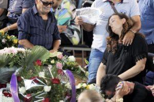 Uno dei momenti drammatici dei funerali di Ascoli