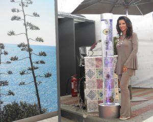 """Annalaura accanto alla sua opera d'arte """"Sea Visions"""""""