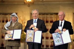 Peres Nobel per la Pace nel 1994 con Arafat, alla sua destra, e Rabin
