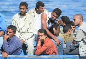 Immigrati irregolari su una barca a Lampedusa. REUTERS/Tony Gentile