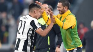 Dybala dopo il gol corre ad abbracciare Bonucci