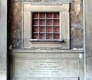 Una lapide ricorda il luogo ove era posizionata la Ruota degli Innocenti