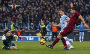La Roma fa suo il derby e rimane nei piani alti