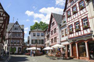 Il centro storico con le tipiche facciate